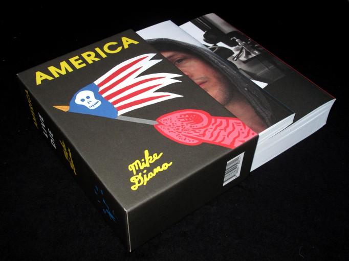 america_divus_motto_00